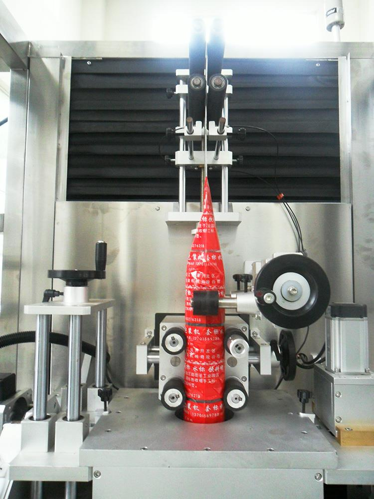 Automatikus műanyag vizes lé palack hőre zsugorodó hüvely címkéző gép