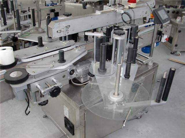 Dupla fejű borosüvegek Műanyag tartályok Címkéző berendezés részletek