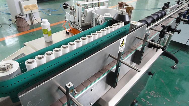 Teljesen automatikus nedves ragasztópapír címkéző gép alkoholtermékekhez